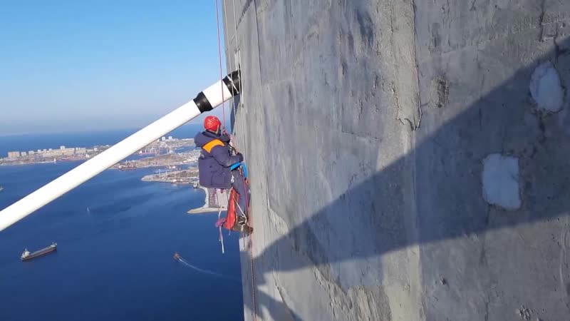 Альпинисты вручную чистят от обледенения мост на остров Русский