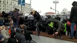 Немного жести в исполнении московских полицейских.