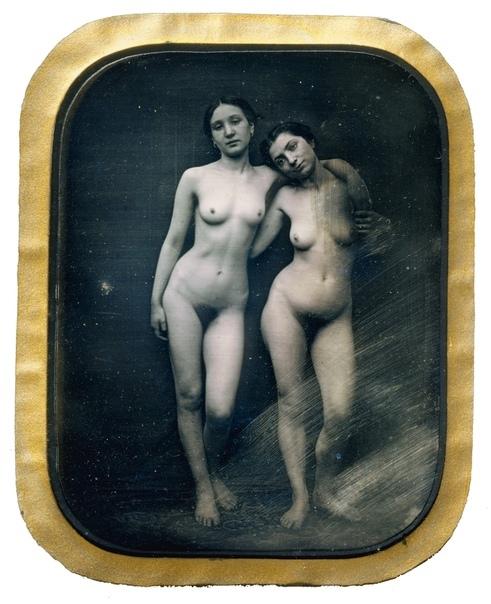 Первое эротическое фото датируется 1850-м годом. Его автор француз Феликс Жаке Антуан Мулен (фр. Félix-Jacques Moulin).В своей фотостудии на Монмартре, открытой в 1849 году, он начал производить