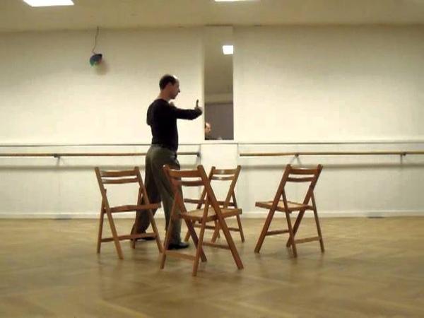 Molinete con cuatro sillas a izquierda, cambio 90° en paso atrás